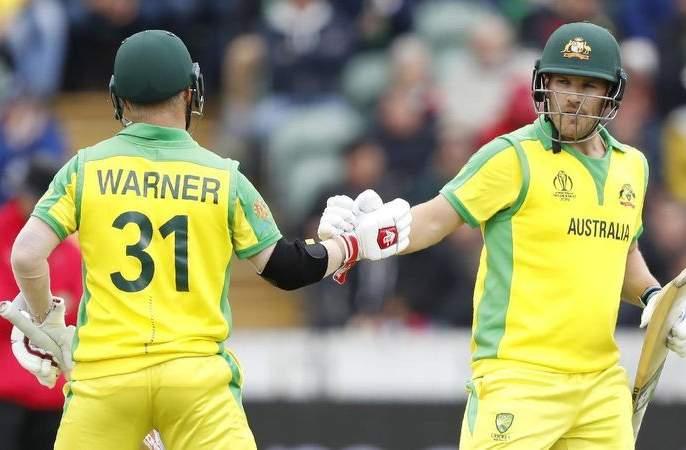 India vs Australia: Australian openers smash Indian bowlers... | India vs Australia : वानखेडेवर भारताच्या गोलंदाजांना ऑस्ट्रेलियाच्या सलामीवीरांनीच धू धू धुतले...