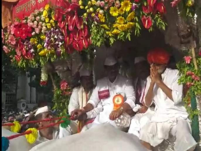 Sambhaji Bhide Guruji performed in the Tukaram Maharaj's palkhi | संभाजी भिडे गुरुजींनी केले तुकाराम महाराजांच्या पालखीचे सारथ्य