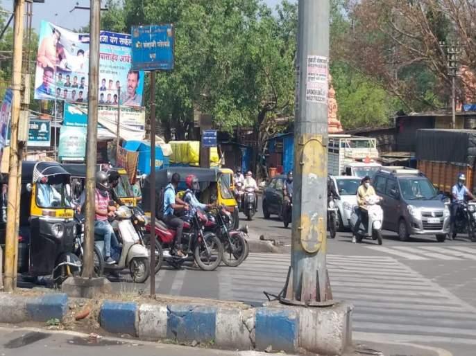 Curfew in Pune only on paper! Pictures of crowds in the main square. | Maharashtra lockdown: पुण्यात संचारबंदी फक्त कागदावरच! प्रमुख चौकात गर्दीचे चित्र