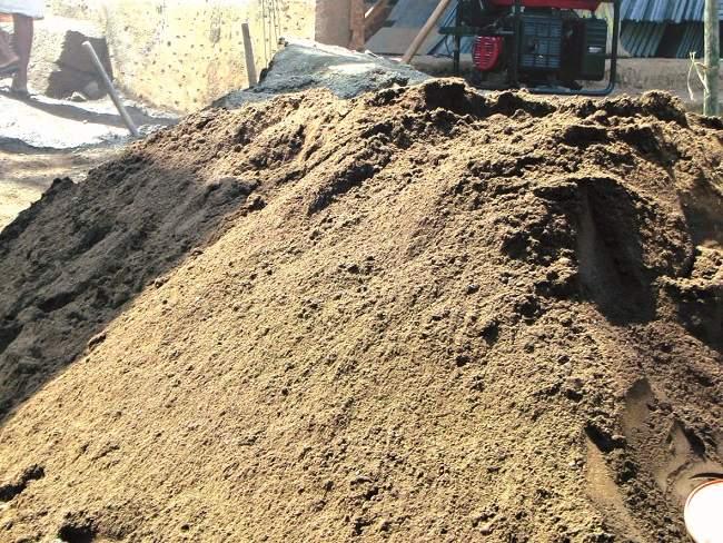 After taking money, then catching the sand trucks ?, the police asked the ladies | पैसे घेता, मग रेतीच्या गाड्या का पकडता?, रेतीमाफियांनी पोलिसांना विचारला जाब