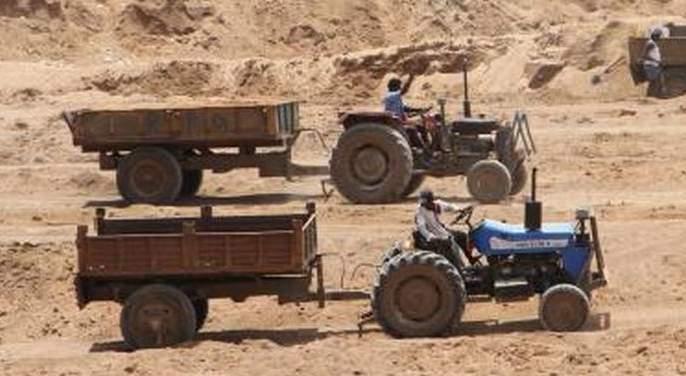 Administration involved in election work; Illegal traffic of sand! | प्रशासन गुंतले निवडणुकीच्या कामात; वाळूची अवैध वाहतूक जोरात!