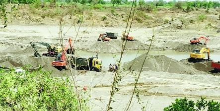 Crime against the auctioneers of the sand deficit | वाळू घाटाच्या लिलावधारकांवर गुन्हे