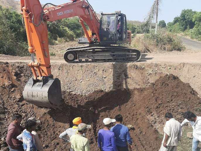 pipe line damage in kadegaon sangli | ताकारी योजनेच्या कालव्याखालील पाईप फुटला, सोनहिरा खोऱ्यातील शेती पिके धोक्यात