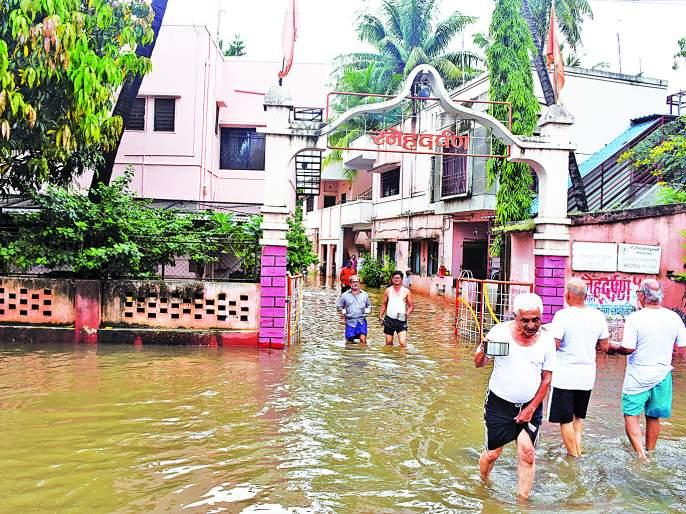 Five hundred houses in Sangli got water | मुसळधार पावसानंतर सांगलीतील पाचशे घरांमध्ये पाणी शिरले- जिल्ह्यात गतवर्षीपेक्षा दुप्पट पाऊस