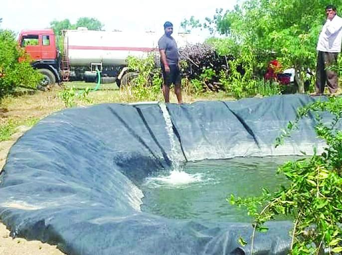Water supply by tanker even in the rainy season to survive the pomegranate garden | डाळिंब बागा जगविण्यासाठी पावसाळ्यातही टॅँकरने पाणीपुरवठा