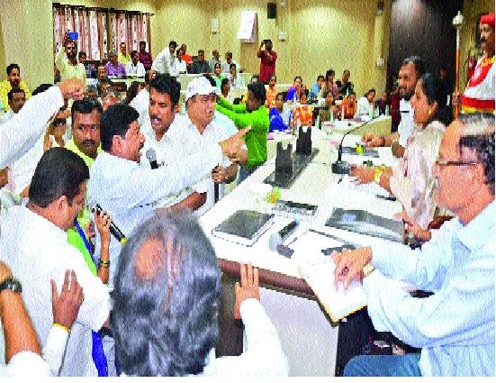 BJP-leading debate in Sangli municipal council | सांगली महापालिका सभेत भाजप-आघाडीत वादंग : महापौरांच्या आसनासमोर गोंधळ; भाजपकडून मात्र समजुतीचा पवित्रा