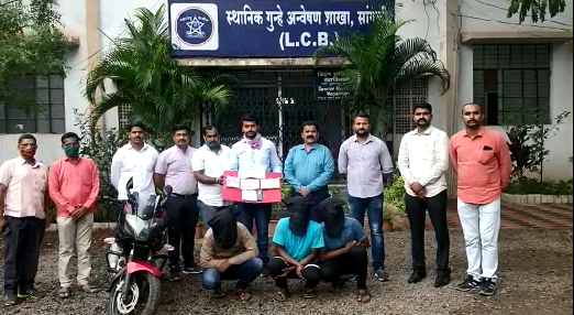 A gang that looted Rs 1.5 lakh from a private company has been arrested   खासगी कंपनीचे साडेअकरा लाख लुटणाऱ्या टोळीला अटक