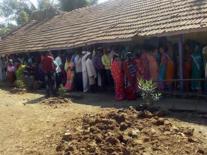 Resolution of mistrust against local woman sarpanch of Kande | लोकनियुक्त महिला सरपंचांविरुद्ध प्रथमच अविश्वास ठराव, कांदे येथे रांगेने मतदान