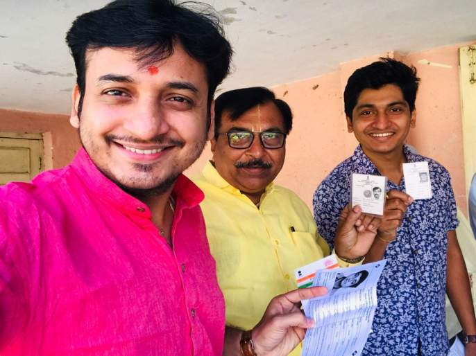 lok sabha election actor sankarshan karhade casts his vote in parbhani | अभिनेता संकर्षण कऱ्हाडेचं परभणीत मतदान