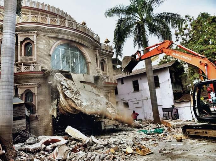 JCB on the sloping bungalow of the notorious hooliganist Santosh Ambkar | कुख्यात गुंड संतोष आंबेकरच्याआलिशान बंगल्यावर जेसीबी