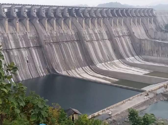 Great water cut in the Sardar lake, deployment of 1.7 lakh dead plants started   सरदार सरोवराच्या पाणीसाठ्यात मोठी घट, १.७ लाख मृत झाडे हटवण्याचे काम सुरू
