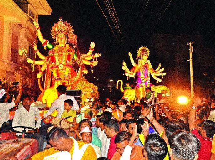 Immersion of Durga idols in 'Uday Gan Ambe Uday'   'उदे गं अंबे उदे'च्या गजरात दुर्गामूर्तींचे विसर्जन