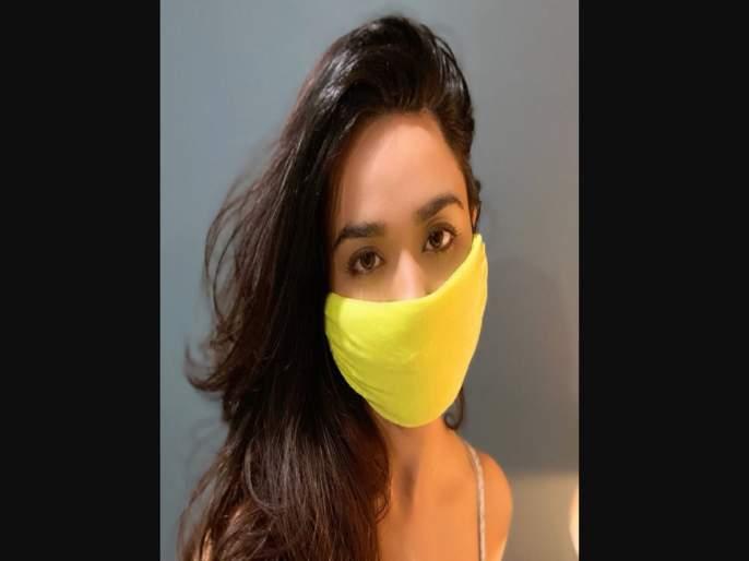 COVID-19 lockdown: Actress Soundarya Sharma turns T-shirt into mask PSC | परदेशात मास्क मिळत नसल्याने या अभिनेत्रीने घरीच बनवला मास्क; मास्क, ग्लोव्हजचा परदेशातही तुटवडा
