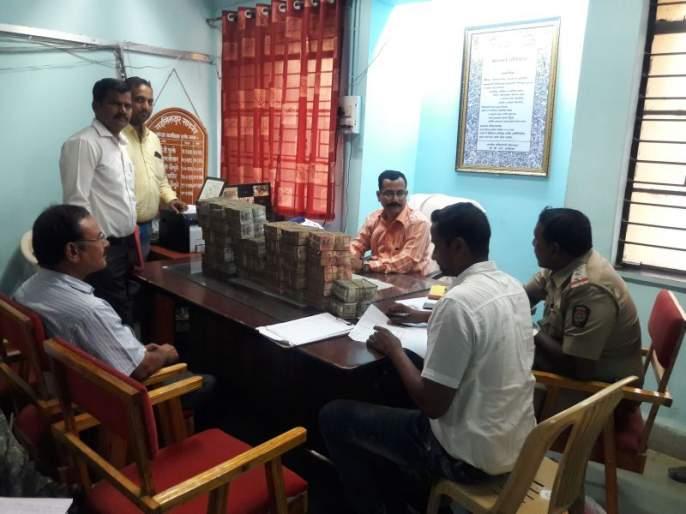 80 lakhs caught on the border of Madhya Pradesh | मध्य प्रदेशच्या सीमेवर ८० लाख पकडले
