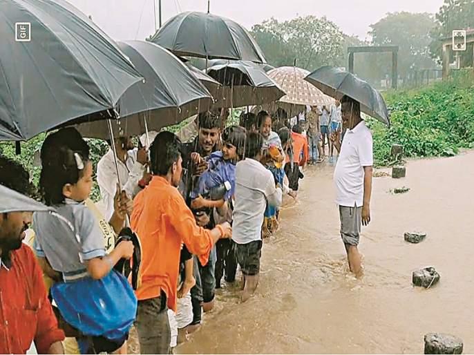Villagers bravely rescued 58 students who were trapped in flood   ग्रामस्थांनी धाडस करून पुरात अडकलेल्या ५८ विद्यार्थ्यांना वाचवले