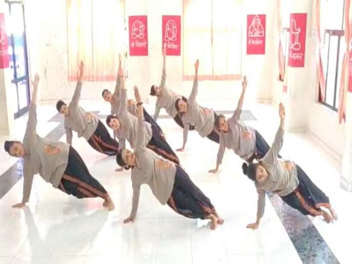 World Yoga Day: Yoga has not only given health but also teaches social work | जागतिक योग दिवस :योगाने फक्त आरोग्य नाही तरसामाजिक भानही दिले