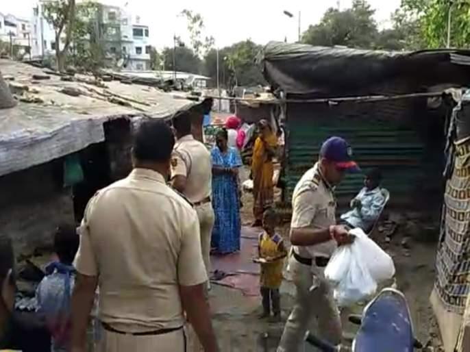 Nigdi police distributes daily need materials in slums | सलाम ! निगडीत पोलिसांकडून माणुसकीचेदर्शन ; झोपडपट्ट्यांमध्ये केले साहित्य वाटप