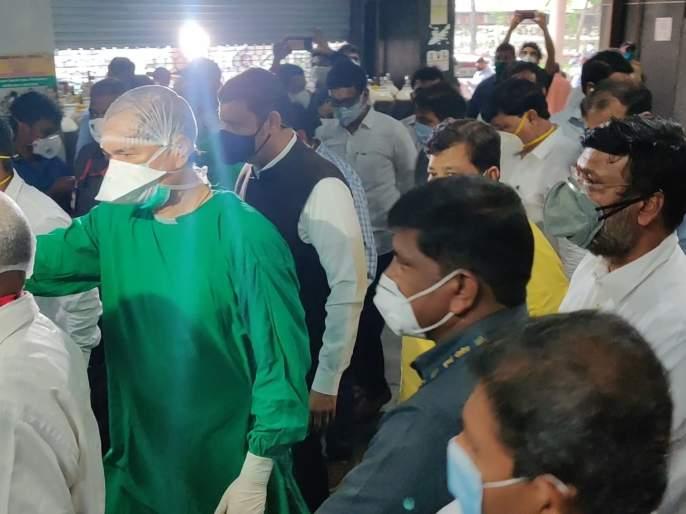 Three thirteen of the social distant in the inspection of Fadnavis-Darekar's Corona Hospital   फडणवीस-दरेकरांच्या कोरोना रुग्णालयातील पाहणीत सोशल डिस्टंसिंगचे तीन तेरा