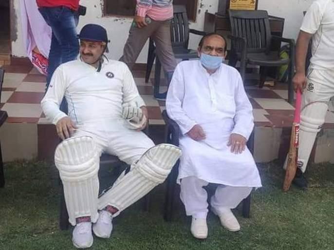 Shocking! BJP MP Manoj Tiwari played cricket without mask in Lockdown hrb | धक्कादायक! लॉकडाऊन तोडत भाजपाचे खासदार मनोज तिवारी क्रिकेट खेळले; ट्रोल झाले