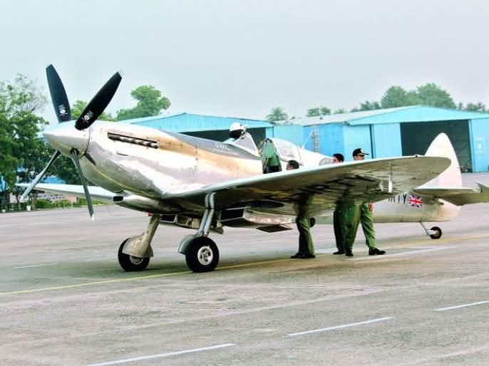 Landing of World War II aircraft on Sonegaon run way | दुसऱ्या जागतिक महायुद्धातील विमानाचे सोनेगावमध्ये लँडिंग