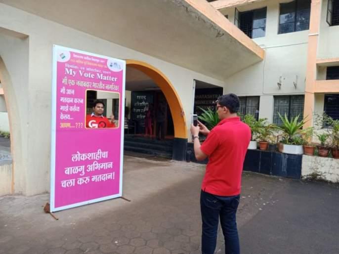 Voters' enthusiasm for selfie after voting | मतदारांचा सेल्फीसाठी उत्साह ;तरुणांसह जेष्ठांनाही सेल्फीवॉलचे आकर्षण