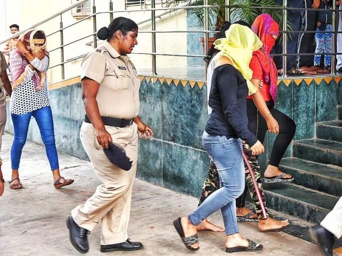 Police raid on the Ladies Bar; 4 bargirls with 53 customers arrested | लेडीज बारवर छापा; ५३ ग्राहकांसह ४ बारगर्ल्स अटकेत