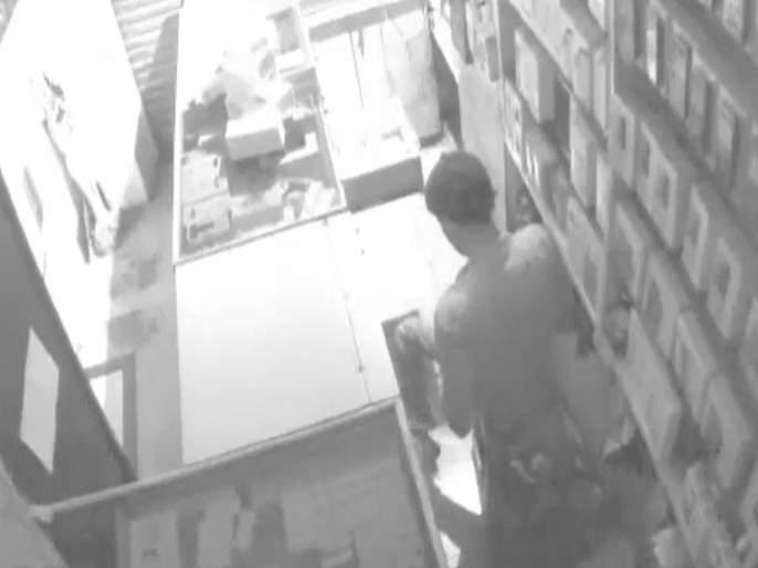 Gujarat's 'handicapped thief' caught by CCTV footage in pune stolen mobile from gallery | सीसीटीव्हीच्या फुटेजमुळे अडकला गुजरातचा 'अपंग चोरटा'
