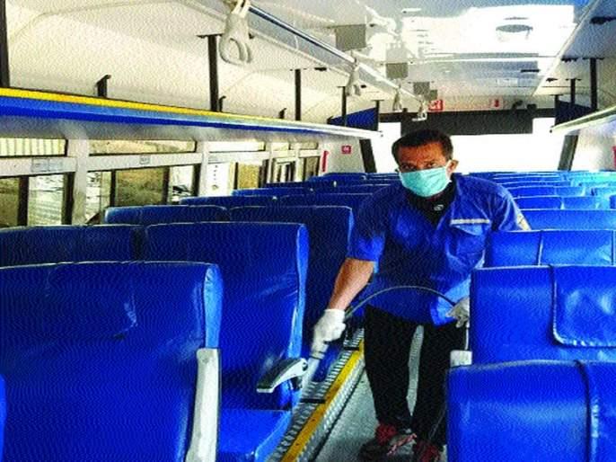 Finally ST bus washed; Use of sanitizer by ST staff | अखेर एसटीची बस धुतली; एसटीच्या कर्मचाऱ्यांकडून सॅनिटायझरचा वापर सुरू