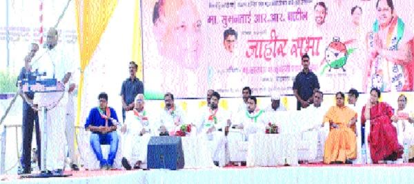 Sharad Pawar not threatening debt waiver | सरसकट कर्जमाफीची धमक मुख्यमंत्र्यांत नाही : शरद पवार