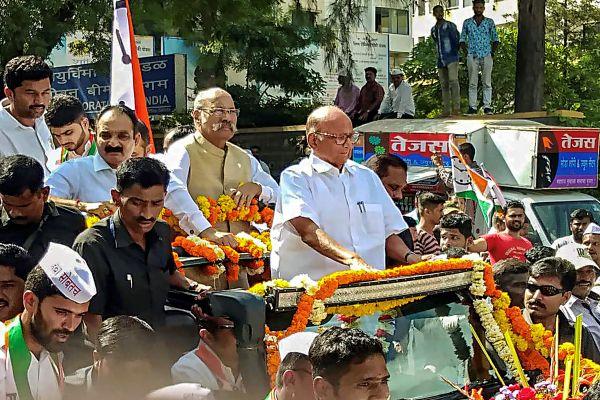 Video: Who came, who came, Modi-Shah's father came; NCP' Workers Ghoshanbaji for Sharad Pawar | Video: कोण आला रे कोण आला, मोदी शहाचा बाप आला; राष्ट्रवादीच्या घोषणांनी सातारा दणाणलं