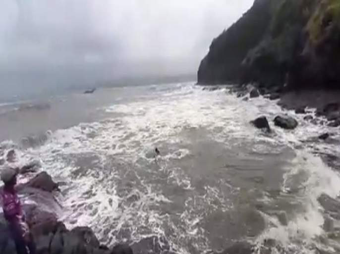 Video: Fishing boat sinks in Dabhol; 6 people swam to shore | Video: दाभोळ खाडीत मच्छिमारी बोट बुडाली; ६ जण पोहत किनाऱ्यावर, २ जणांना थरारक पद्धतीने वाचवलं
