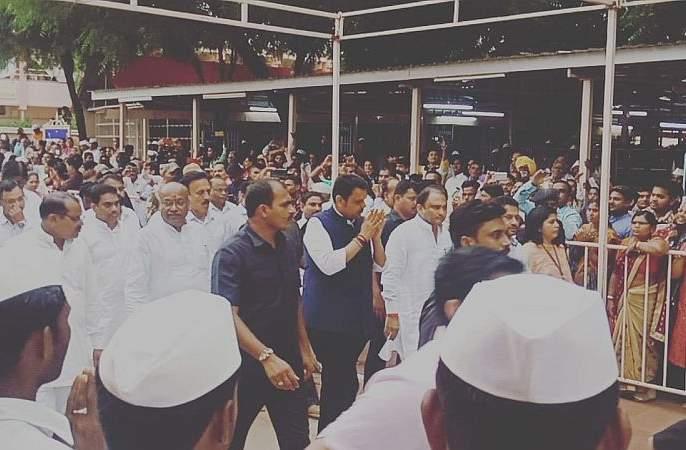 Chief Minister visit Gajanan Maharaj's temple at Shegaon | मुख्यमंत्र्यांनी घेतले गजानन महाराजांचे दर्शन