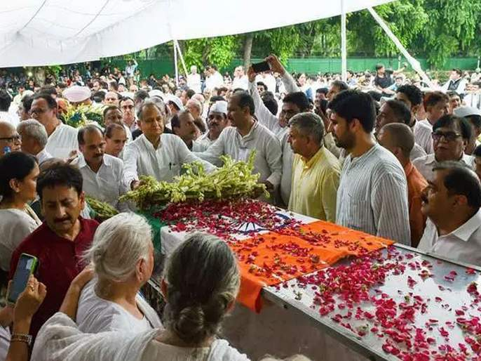 Former Delhi CM Sheila Dikshit laid to rest with full state honours   दिल्लीच्या माजी मुख्यमंत्री शीला दीक्षित अनंतात विलीन
