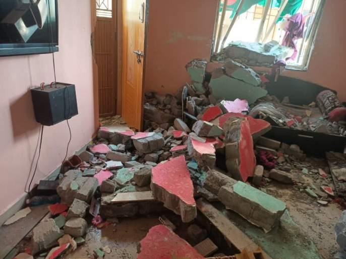 Explosion caused by gas leaking from the cylinder; 13 injured, three houses damaged in pimpri   सिलेंडरमधून गॅस गळतीनंतर मोठा स्फोट; १३ जखमी, भोसरीत तीन घरांचे नुकसान