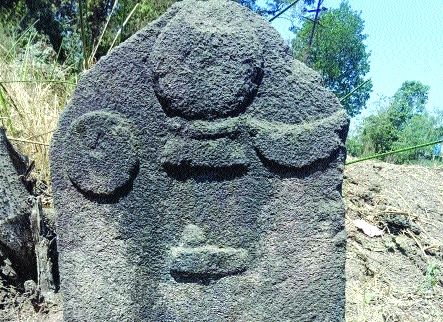 Inscriptions in Uran taluka difficult | उरण तालुक्यातील शिलालेख अडगळीत