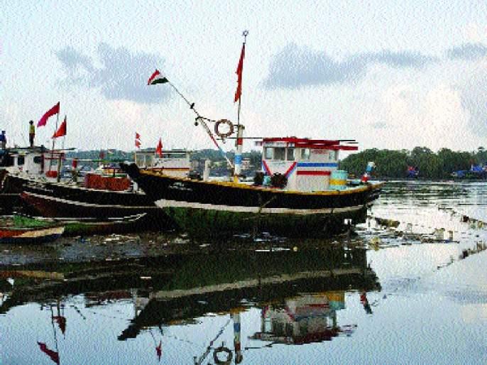 boat at beach in Murud taluka due to absence of diesel | डिझेल परताव्याअभावी मुरुड तालुक्यातील होड्या समुद्रकिनारी