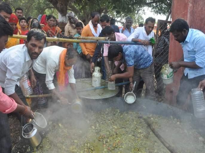 Maha Prasad of 100 qt of vegetable in Sarang Swami Maharaja Yatra; gathering of devotees for the Prasada | सारंग स्वामी यात्रेत १०० क्विंटलच्या भाजीचा महाप्रसाद; प्रसादासाठी भाविकांची मांदियाळी