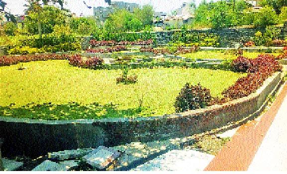 Demand for deprived government land from Shirala town garden: Morning walk by threatening life | शिराळा शहर बगीचापासून वंचित शासकीय जागेची मागणी : जीव धोक्यात घालून मॉर्निंग वॉक