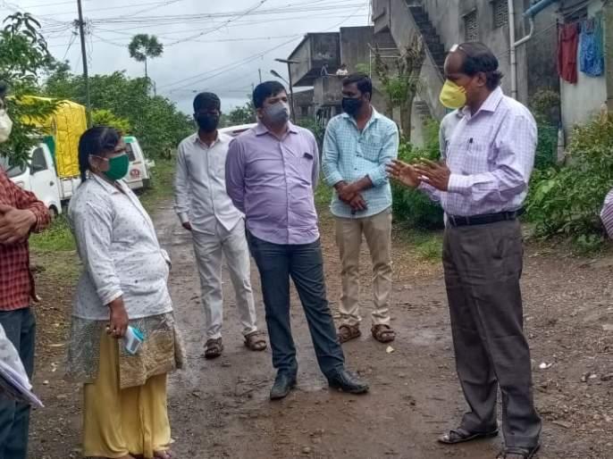 District Health Officer Dr. Yogesh Sale visits Shiroli village | जिल्हा आरोग्य अधिकारी डॉ योगेश साळे यांची शिरोली गावास भेट