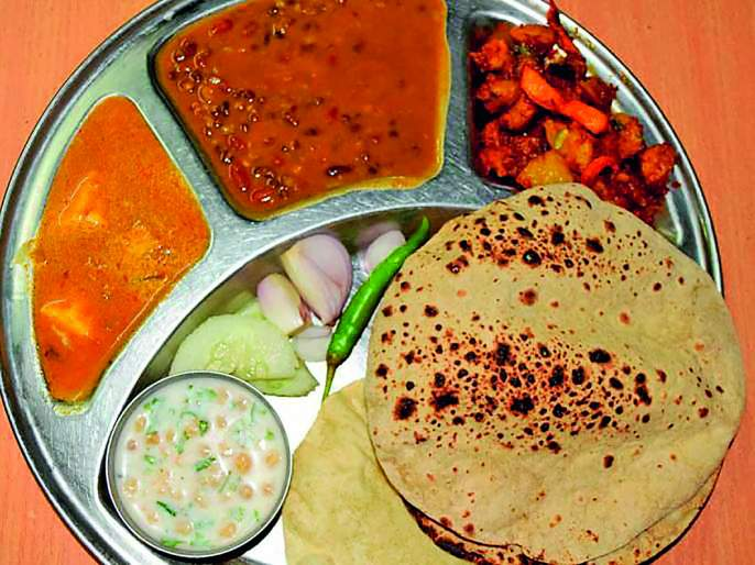 On the first day, 3,000 people took Shiva's meal; 3 centers in the state | पहिल्या दिवशी ११ हजार लोकांनीघेतले शिवभोजन; राज्यात १२२ केंद्रे
