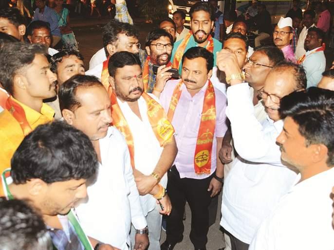 Time is running out at the Rajbhawan; Here are the NCP, Shiv sena activist upset   राजभवनावर वेळ संपली; इकडे चेहरे पडले