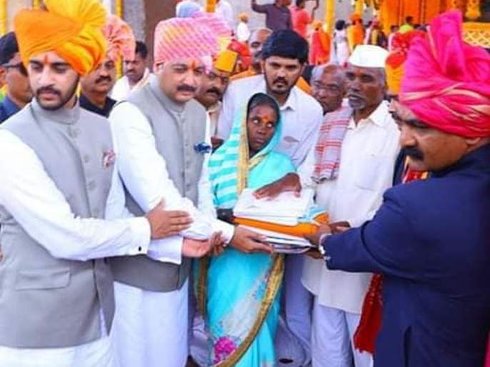 Shivrajyabhishek's ceremony honors 'the dignity of the farmer family', the family of the suicidal farmer's honor | शिवराज्याभिषेक सोहळ्यात 'रयतेचा सन्मान', आत्महत्याग्रस्त शेतकरी कुटुंबीयास पूजेचा मान