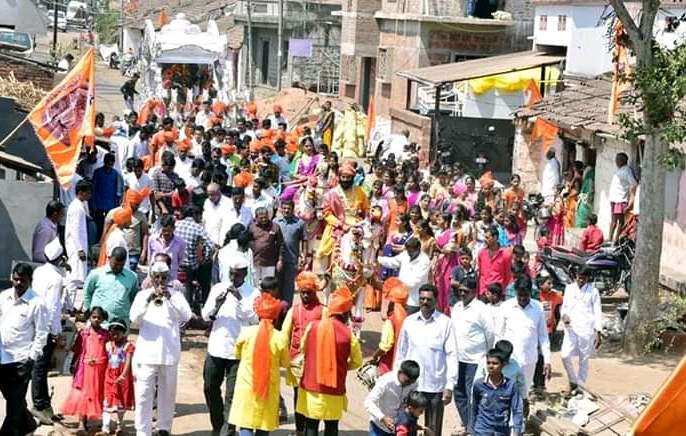 'Lokotsav' format to Shiv Jayanti in Anur   शिवजयंतीला आणुरमध्ये महिलांनी घरा-दारांची केली स्वच्छता, सुंदर रांगोळ्यांनी दारांची सजावट