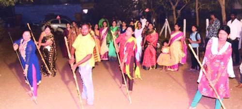 Women taking lessons from Shivakal masculinity in Solapur | Shivaji Jayanti 2020; सोलापुरातील महिला घेताहेत शिवकालीन मर्दानी खेळाचे धडे