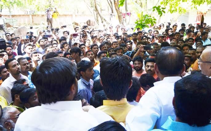 Anand Chandasanivan's office has been booked by the police | आनंद चंदनशिवेंसह पदाधिकाºयांवर गुन्हा दाखल