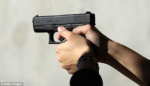 the accused arrested who robbers by showing pistol At Sanaswadi   सणसवाडी येथे बंदुकीच्या धाकाने लुटणाऱ्यांना फिर्यादीनेच पकडले
