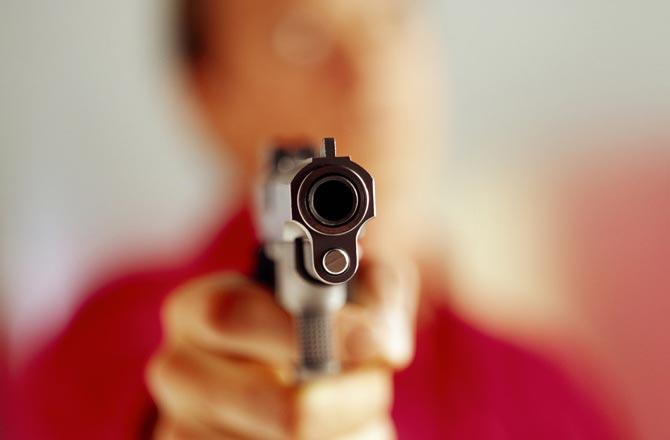 The man suddenly pulled out a revolver who came from Mercedes; fear in citizen | मर्सिडिजमधून आलेल्या 'त्या'ने अचानक काढली रिव्हॉल्वर; नागरिकांना फुटला घाम