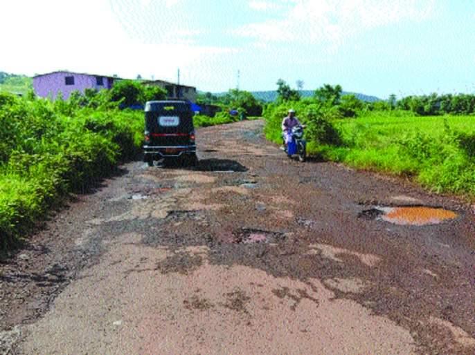 Eclipse of potholes on the road in Shrivardhan; Driver's workout   श्रीवर्धनमधील रस्त्याला खड्ड्यांचे ग्रहण; चालकांची कसरत