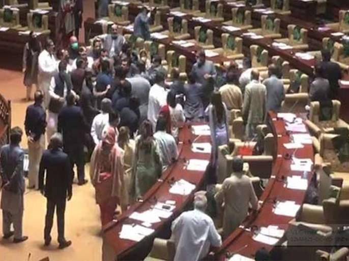 Pakistan Leaders Of Imran Khans Party Tehreek E Insaf Beat Up Each Other Inside Sindh Assembly Video Goes Viral | VIDEO: पाकिस्तानातल्या विधानसभेत तुफान राडा; इम्रान खान यांच्या पक्षाचे नेते भिडले