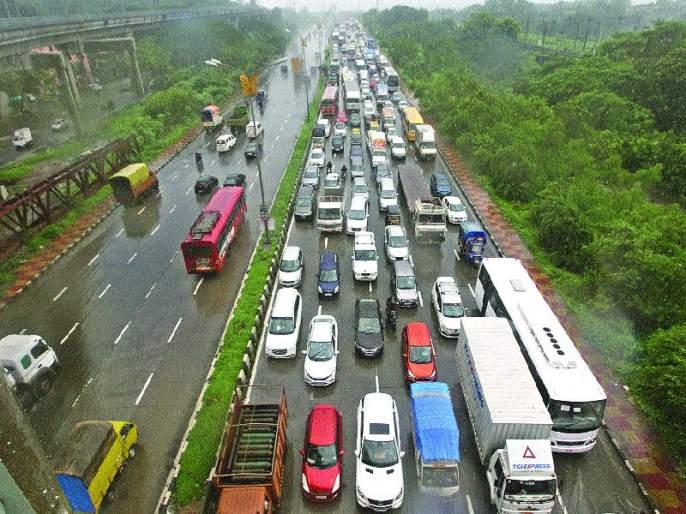 Traffic slowed down the Sion-Panvel route and Jijabai Bhosale route | सायन-पनवेल मार्ग व जिजाबाई भोसले मार्गावर वाहतुकीचा वेग मंदावला